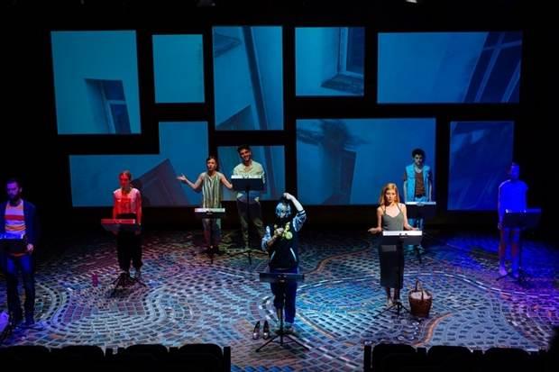 Bucuresti. Instalatie umana - cea mai dura piesa de teatru pe care am vazut-o